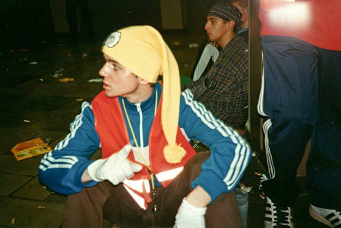 Raver in Sportswear mit Zipfelmütze